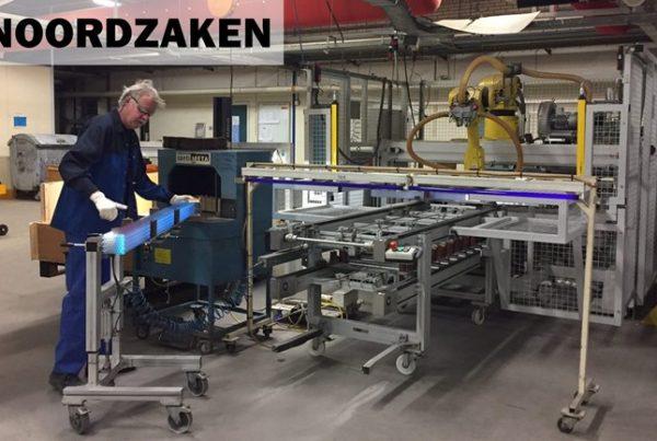Een-medewerker-van-QSIL-in-Winschoten-aan-het-werk-bij-een-inpakrobot-Foto-Carl-Hoekstra-RTV-Noord